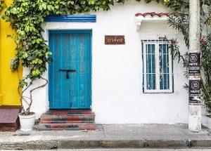 puerta azul 300x215
